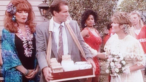 Al (Ed O'Neill, 2.v.l.) und Peggy (Katey Sagal, l.) versorgen die Gäste auf M...