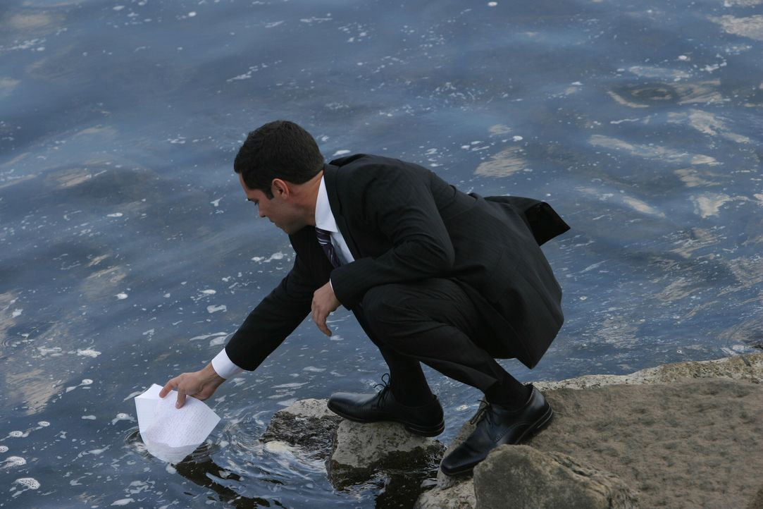 Macht eine interessante Entdeckung: Det. Scott Valens (Danny Pino) - Bildquelle: Warner Bros. Television
