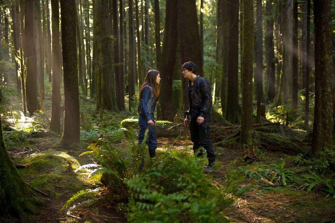 Wird Octavia (Marie Avgeropoulos, l.) Verständnis für das aufbringen, was Bellamy (Bob Morley, r.) getan hat, um mit auf die Erde zu gelangen? - Bildquelle: Warner Brothers
