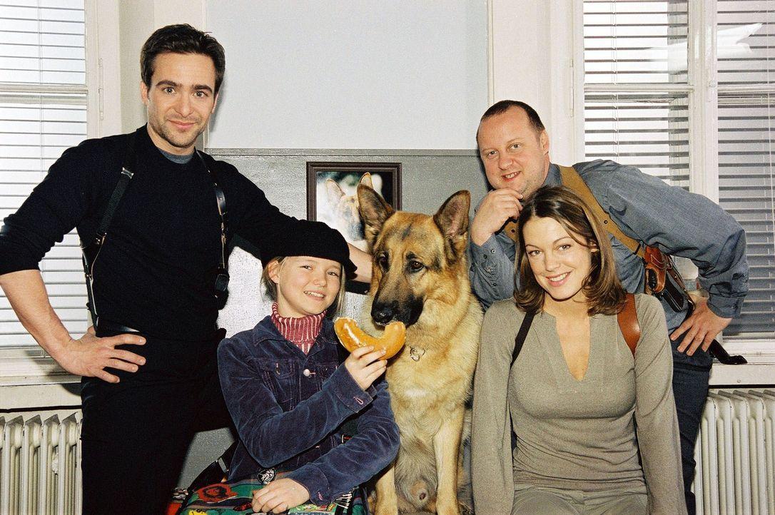 Rex, Marc (Alexander Pschill, l.), Niki (Elke Winkens, r.) und Kunz (Martin Weinek, 2.v.r.) haben Besuch bekommen. Und Rex freut sich besonders über... - Bildquelle: Ali Schafler Sat.1