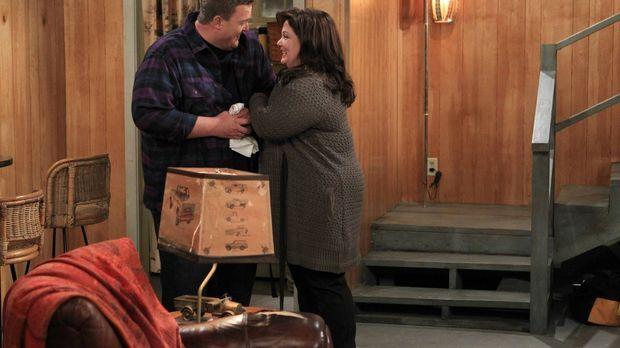 Mike (Billy Gardell, l.) beginnt, den Keller in einen Wohnbereich für ihn und...