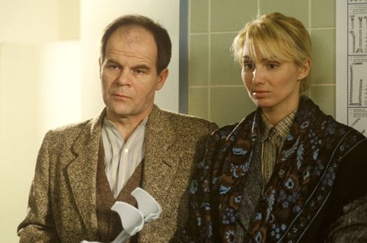 Theo (Jörg Panknin, l.) und Maria Siebert (Dolly Dollar, r.) müssen der Wahrh...