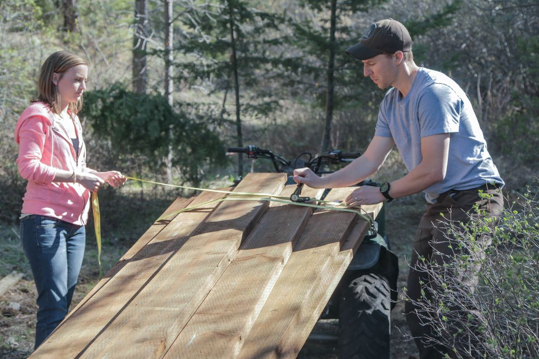Brauchen nicht viel Zivilisation zum Leben und wollen sich daher ein Haus weit weg vom Schuss bauen: Chris (r.) und Catelyn Williams (l.) ... - Bildquelle: 2015,DIY Network/Scripps Networks, LLC. All Rights Reserved.