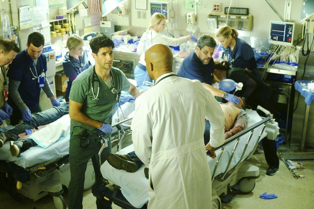 In der Notaufnahme des Angels Memorial Krankenhauses kämpfen Jesse (Luis Guzman, 2.v.r.), Will (Boris Kodjoe, vorne), Neal (Raza Jaffrey, 4.v.l.) un... - Bildquelle: Monty Brinton 2015 ABC Studios