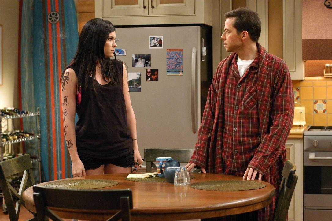 Alan (Jon Cryer, r.) kann nichts mit Charlies neuer Freundin, Isabelle (Jodi Lyn O'Keefe, l.) anfangen ... - Bildquelle: Warner Brothers Entertainment Inc.