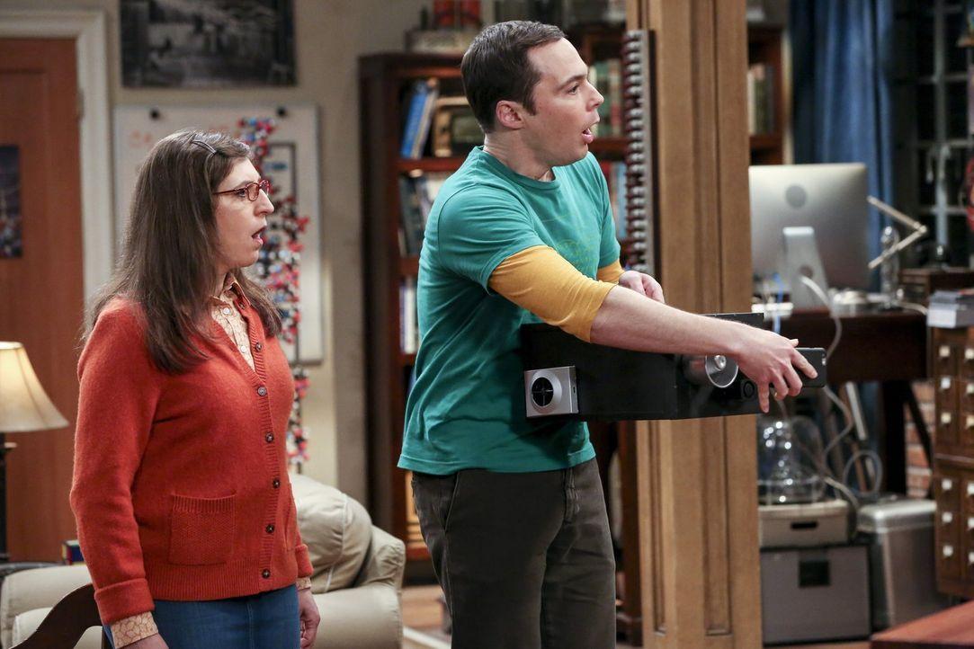Sheldon (Jim Parsons, r.) will mit Hilfe eines Emotionendetektors lernen, die Gefühle seiner Freunde besser zu verstehen. Fragt sich nur, was Amy (M... - Bildquelle: 2016 Warner Brothers