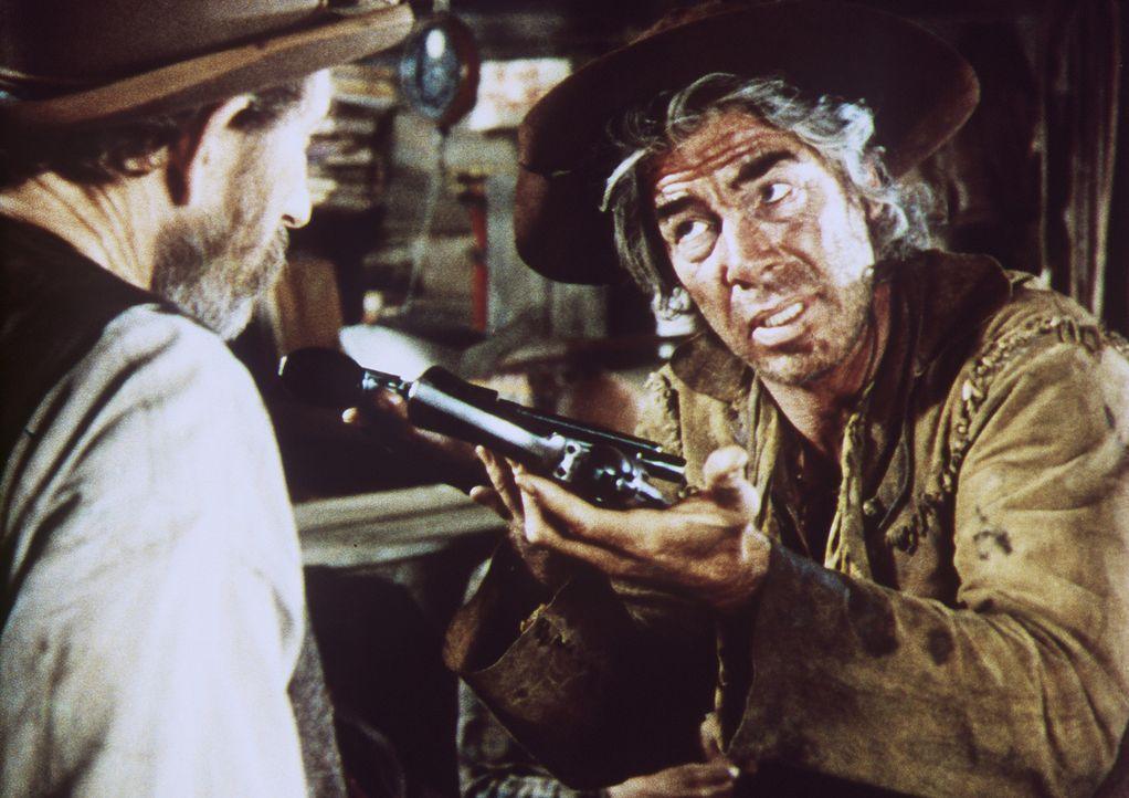 Nach langjährigen Alkoholproblemen entscheidet sich Kid Shellen (Lee Marvin, r.) doch wieder seinem 'Beruf' als Revolverheld nachzugehen ... - Bildquelle: Columbia Pictures