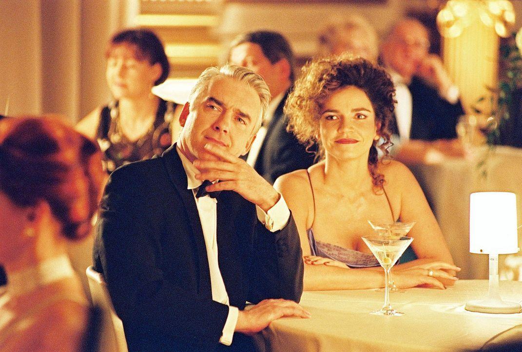 Felix (Christoph M. Ohrt, l.) und Sandra (Rebecca Immanuel, r.) lauschen der Gesangseinlage von Oberstaatsanwalt Riese und Biene. - Bildquelle: Hardy Spitz Sat.1
