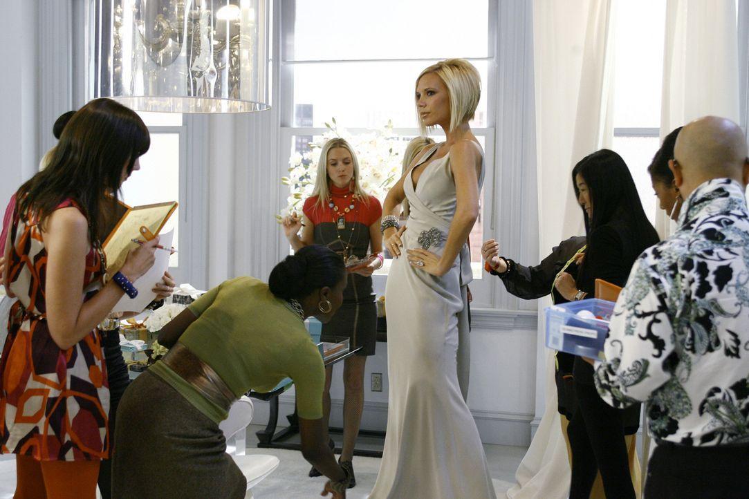 Als Wilhelmina klar wird, dass ihre Brautjungfer Victoria Beckham (M.) alle Aufmerksamkeit auf sich zieht, fasst sie einen Entschluss ... - Bildquelle: Buena Vista International Television