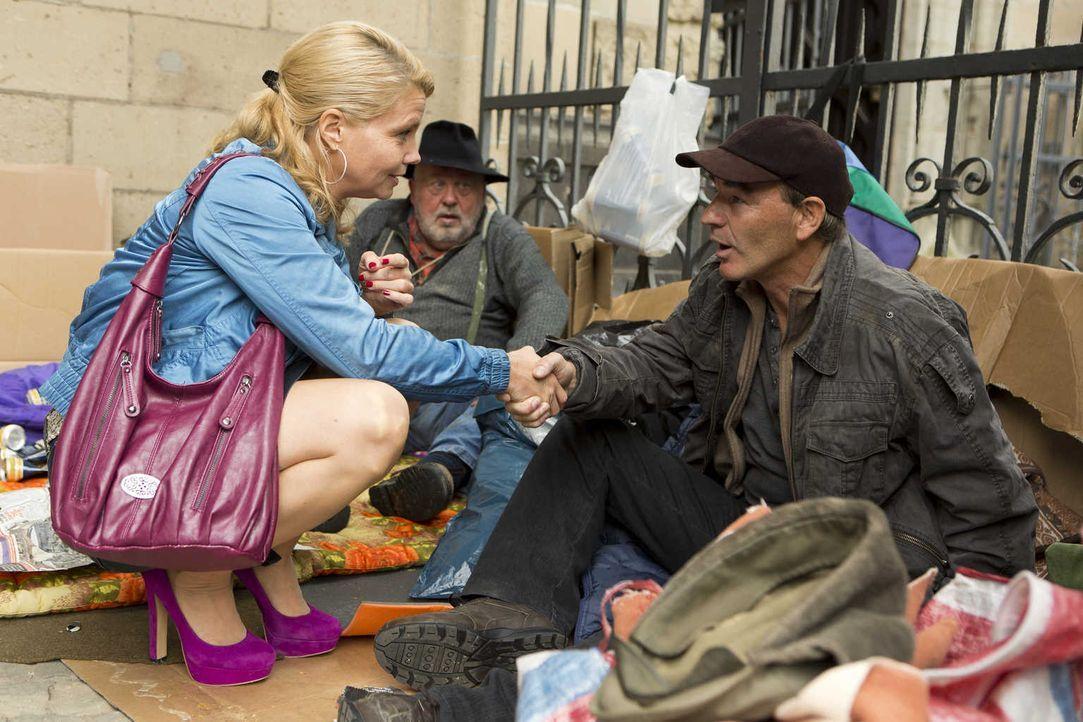 Um zu beweisen, dass ihr Mandat Orkan unschuldig ist, sucht Danni (Annette Frier, l.) Zeugen. Doch kann ihr der Obdachlose Rainer (Gerhard Roiss, r.... - Bildquelle: Frank Dicks SAT.1
