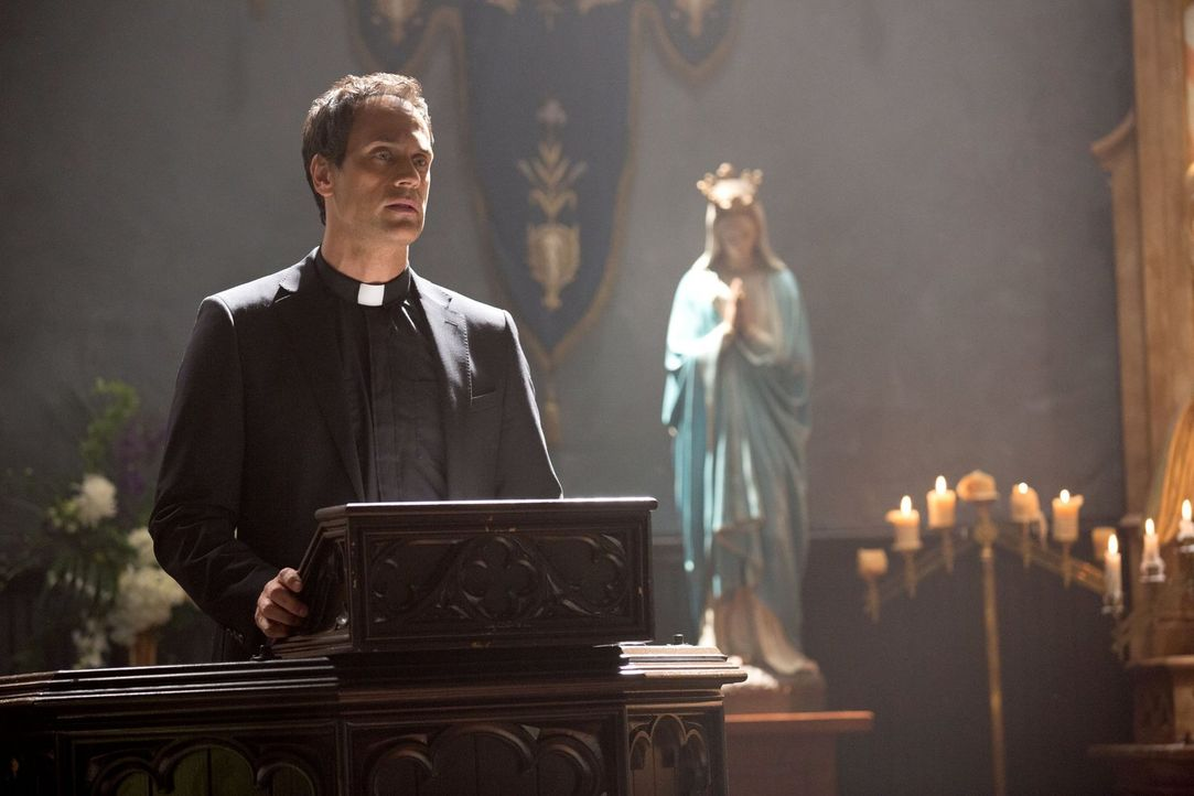 Bei der Wiedereröffnung der St. Anne Kirche erblickt Pater Kieran (Todd Stashwick) eine Hexe, die er für tot hielt ... - Bildquelle: Warner Bros. Television
