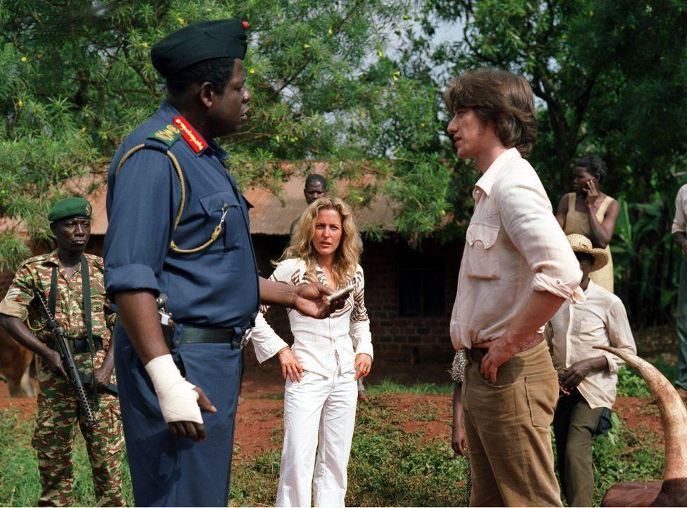 Als Nicholas (James McAvoy, r.) gemeinsam mit Sarah (Gillian Anderson, M.) einen Spaziergang unternimmt, kommt er zu einem Unfall, in dem auch der s...
