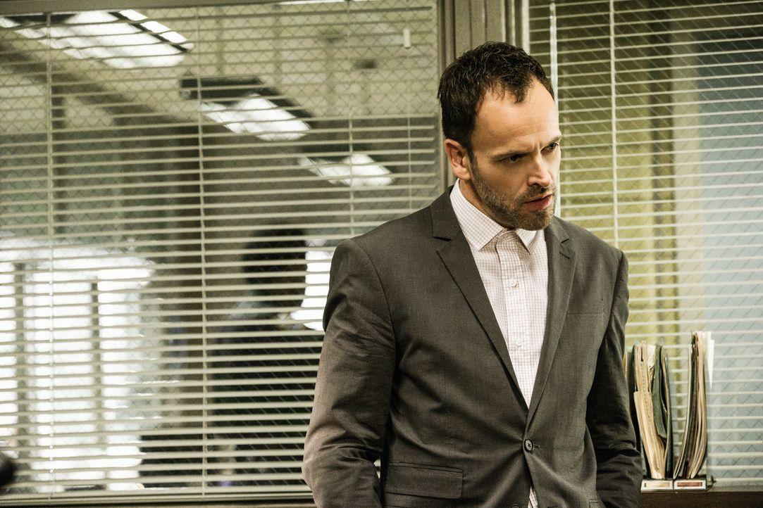 Hat er damals richtig gehandelt? Holmes (Jonny Lee Miller) muss sich vor dem Polizeigericht für einen Verdacht verantworten, den er vor Jahren gegen... - Bildquelle: CBS Television