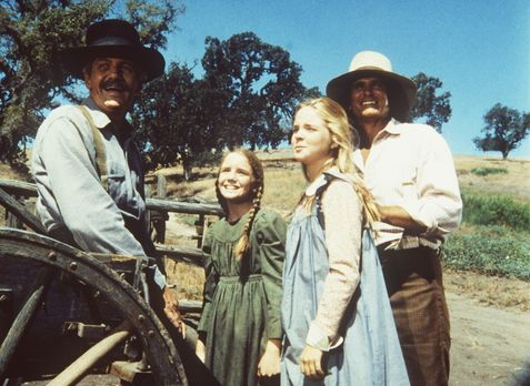 Unsere kleine Farm - Lansford Ingalls (Arthur Hill, l.) wird von Laura (Melis...
