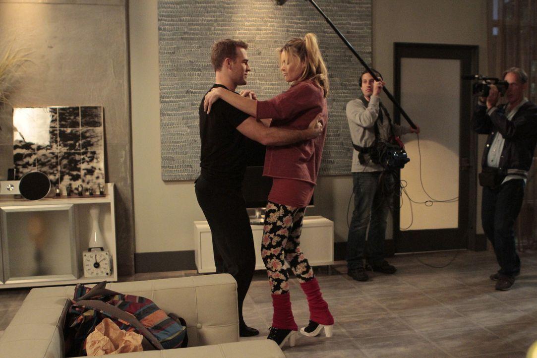 Schon nach den ersten Schritten mit seiner Tanzpartnerin Angie Betacourt (Missi Pyle, vorne r.) wird James (James Van Der Beek, vorne l.) klar, dass... - Bildquelle: 2012 Twentieth Century Fox Film Corporation. All rights reserved.