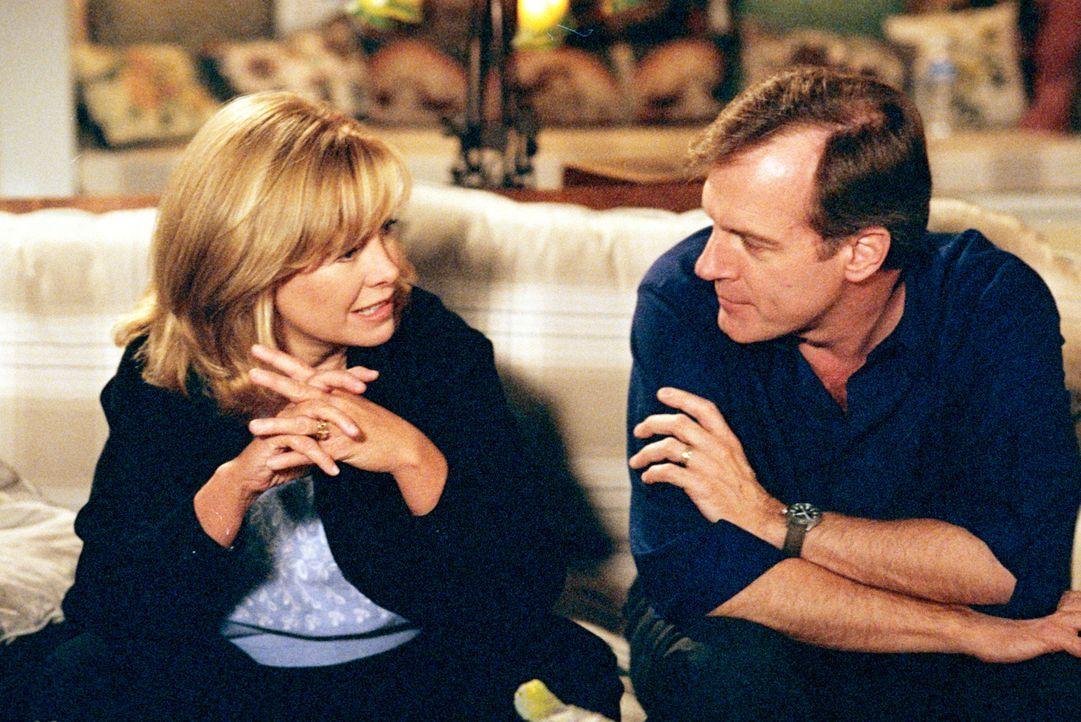 Obwohl Mary noch immer keinen Job hat, sind plötzlich alle ihre Schulden bezahlt. Annie (Catherine Hicks, l.) und Eric (Beverly Mitchell, r.) vermut... - Bildquelle: The WB Television Network