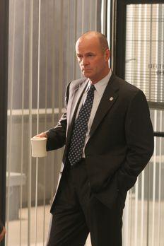 Cold Case - Lt. John Stillman (John Finn) bespricht mit seinem Team die Vorge...