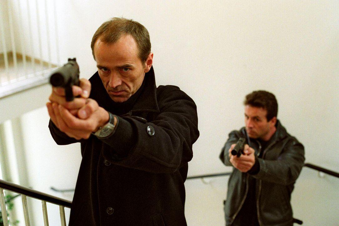 Der eiskalte Auftragskiller Fjodor (Robert Mika, vorne) ist Giopecci auf den Fersen ... - Bildquelle: Christian A. Rieger Sat.1