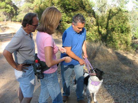 Cesar Millan - Der Hundeflüsterer - Diana (M.) und Lou (l.) wenden sich hilfe...