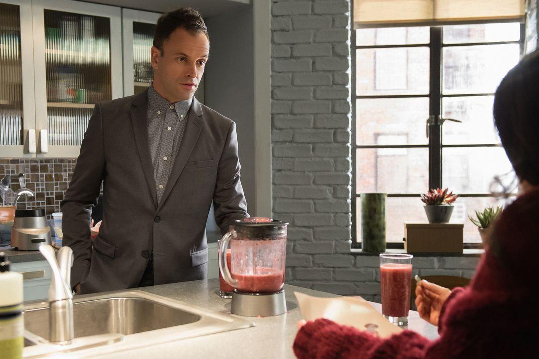 Auch Kleinigkeiten entgehen Holmes (Jonny Lee Miller) nicht ... - Bildquelle: CBS Television