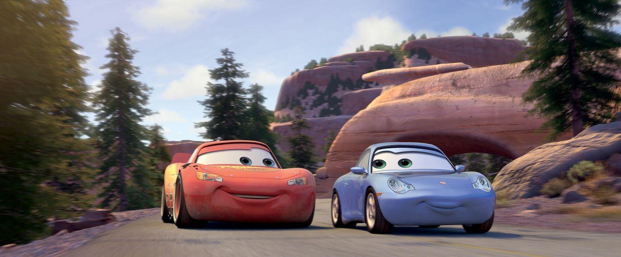Der kesse rote Rennwagen Lightning (l.) kann nicht leugnen, dass ihm Sally (r.) immer besser gefällt. Sie sieht nicht nur ziemlich schnittig aus, s... - Bildquelle: Walt Disney Pictures