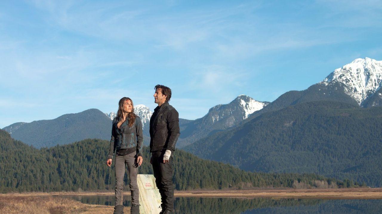 Wie lange können Abigail (Paige Turco, l.) und Kane (Henry Ian Cusick, r.) die Schönheit der Erde noch genießen, bevor sie die Schattenseiten erkenn... - Bildquelle: Warner Brothers
