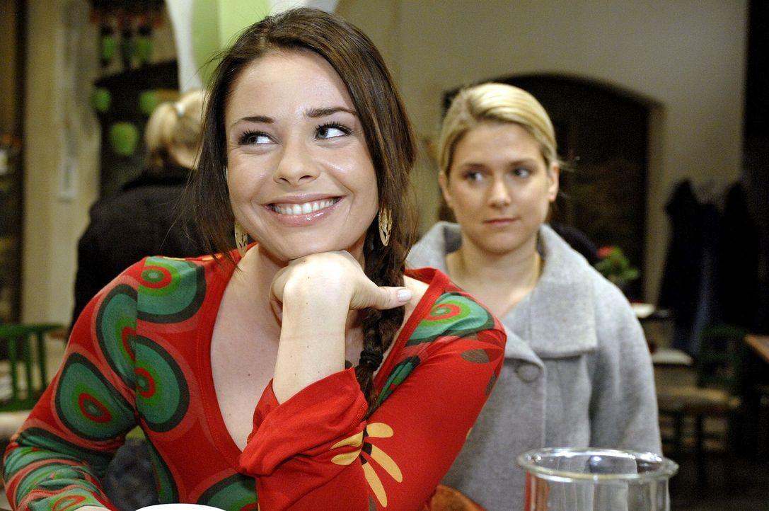 Paloma (Maja Maneiro, l.) freut sich, dass Anna (Jeanette Biedermann, r.) sich mit ihr versöhnen möchte. - Bildquelle: Oliver Ziebe Sat.1