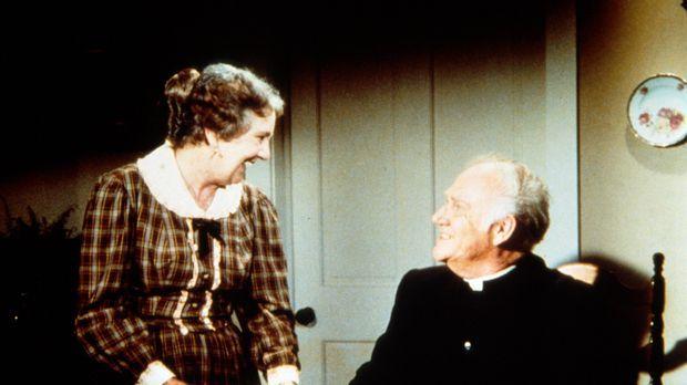 Anna Craig (Iris Korn, l.) hat Reverend Alden (Dabbs Greer, r.) zum Kaffee ei...