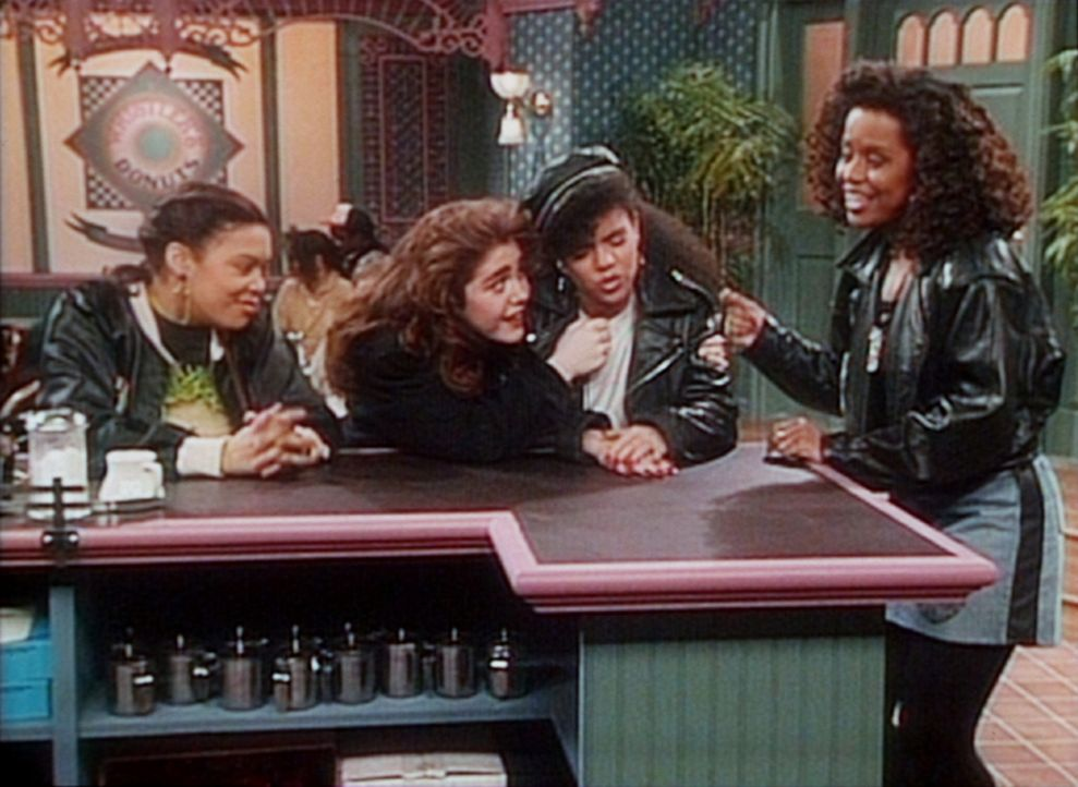 Vanessa (Tempsett Bledsoe, r.) und ihre drei Freundinnen machen auf dem halben Weg nach Baltimore Station in einem Donut-Shop. - Bildquelle: Viacom