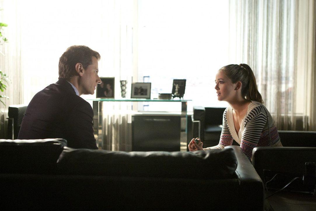 Eigentlich wollte Andrew (Ioan Gruffudd, l.) seine Tochter Juliet (Zoey Deutch, r.) zu einer Entziehungskur zwingen, doch dann beschließt er, sie a... - Bildquelle: 2011 THE CW NETWORK, LLC. ALL RIGHTS RESERVED