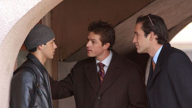 Bei ihren Recherchen stoßen Martin (Eric Close, M.) und Danny (Enrique Murcia...