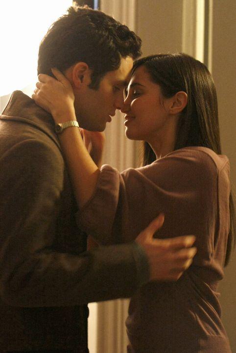 Blair will sich an Miss Carr (Laura Breckenridge, r.) rächen und setzt via Gossip Girl das Gerücht in die Welt, dass sie mit Dan (Penn Badgley, l.)... - Bildquelle: Warner Brothers