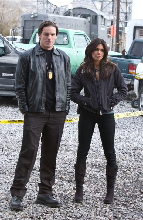 Polizeipsychologin Maya (Tessie Santiago, r.) und FBI-Agent Skylar (Bart Johnson, l.) versuchen verzweifelt, einen Killer zu fassen, der Frauen umbr... - Bildquelle: Warner Bros. Television