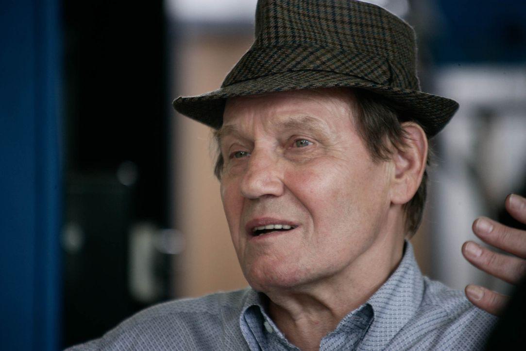 Taxiunternehmer Hermann (Jürgen Schornagel) interessiert sich nicht für Altersunterschiede, sondern nur für das Glücklichsein ... - Bildquelle: Sat.1