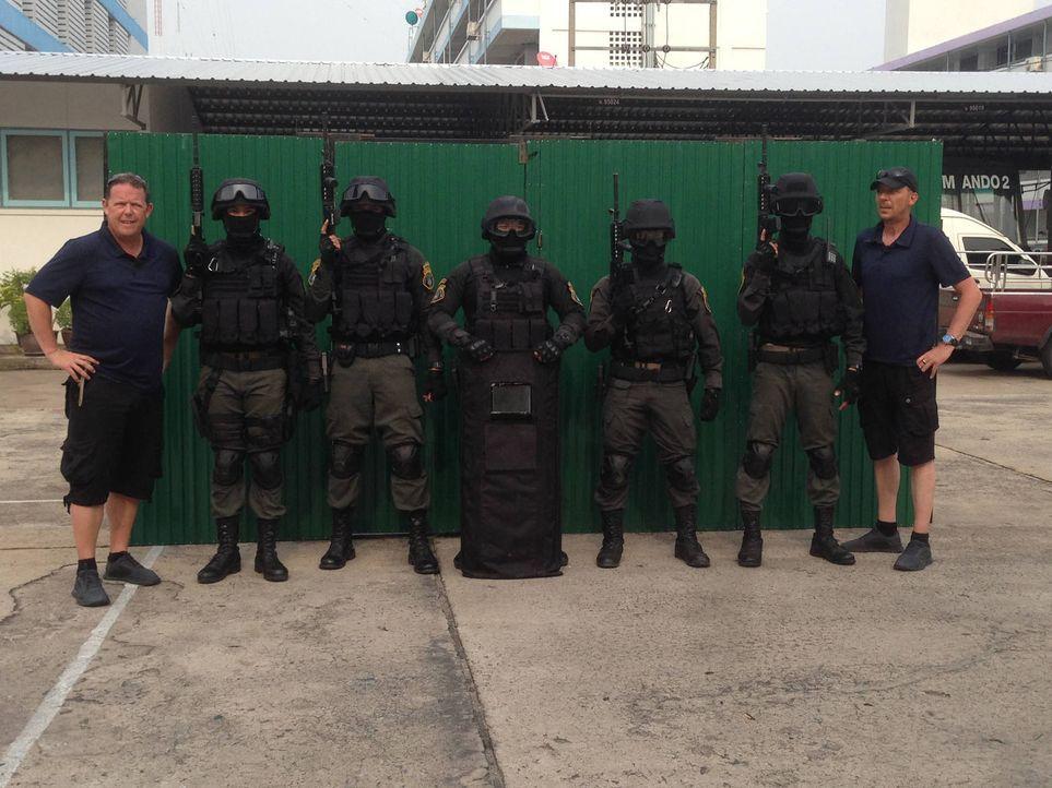 In der 14-Millionen-Stadt Bangkok begleiten Toto (l.) und Harry (r.) die Kollegen der Royal Thai Police bei ihren Einsätzen - egal ob bei Tag oder i... - Bildquelle: kabel eins