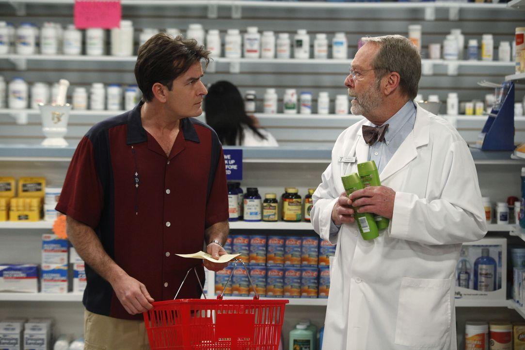 Mit einer langen Einkaufsliste wird Charlie (Charlie Sheen, l.) von seiner Freundin Chelsea in die Apotheke geschickt. Russell (Martin Mull, r.) gib... - Bildquelle: Warner Brothers Entertainment Inc.