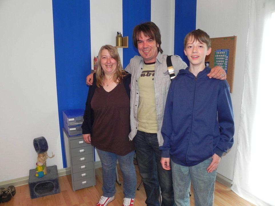 Heike (l.) und Ihr Sohn Marvin (r.) hoffen auf die Hilfe von Wohnprofi Mick Wewers (M.). - Bildquelle: kabel eins