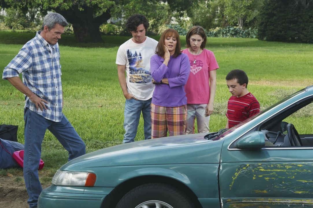 (v.l.n.r.) Mike (Neil Flynn); Axl (Charlie McDermott); Frankie (Patricia Heaton); Sue (Eden Sher); Brick (Atticus Shaffer) - Bildquelle: Warner Brothers