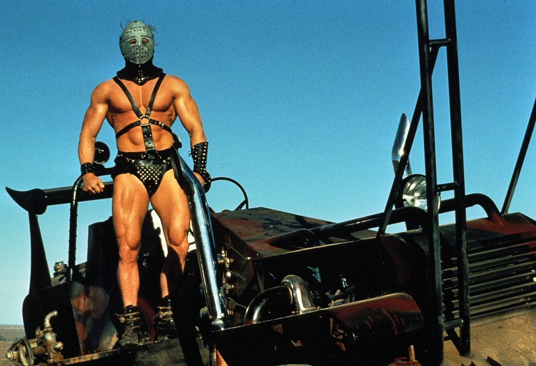 Die Konstrukteure einer kleinen Öl-Raffinerie werden von einer brutalen Motorrad-Bande unter der Führung des sagenumwobenen Humungus (Kjell Nilsson)... - Bildquelle: Warner Bros.