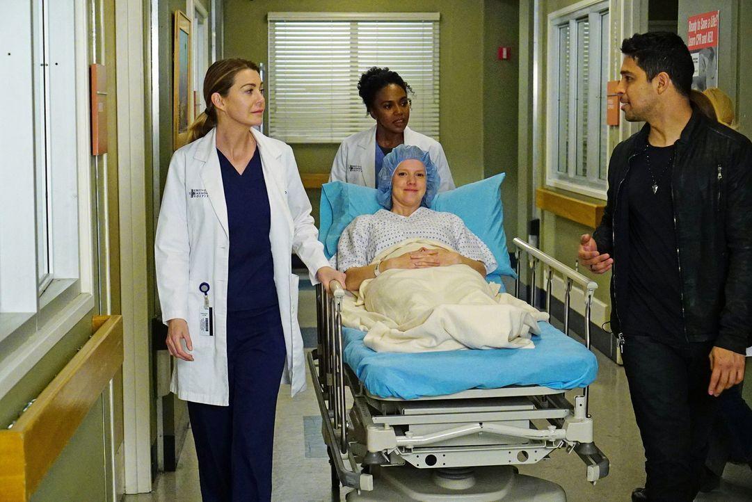 Meredith (Ellem Pompeo, l.) und Stephanie (Jerrika Hinton, hinten) kümmern sich um Sheila (Nina Rausch, M.), während Kyle (Wilmer Valderrama, r.) ho... - Bildquelle: Richard Cartwright ABC Studios
