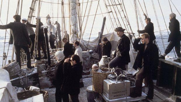 Der Brite Ernest Shackleton bricht 1914 samt Gefolgschaft auf dem Seeweg auf,...