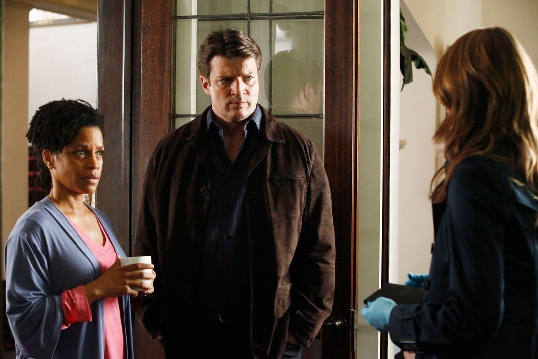 Richard Castle (Nathan Fillion, M.) und Kate Beckett (Stana Katic, r.) befragen Evelyn (Judith Scott, l.) zum Einbruch in ihrem Haus. - Bildquelle: 2012 American Broadcasting Companies, Inc. All rights reserved.
