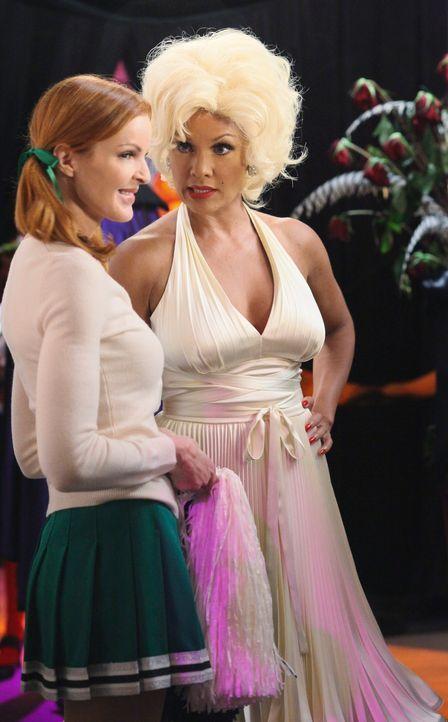 Renees (Vanessa Williams, r.) Halloweenparty ist im vollen Gange. Bree (Marcia Cross, l.) wird plötzlich von einem Mann angemacht, der sie attraktiv... - Bildquelle: ABC Studios