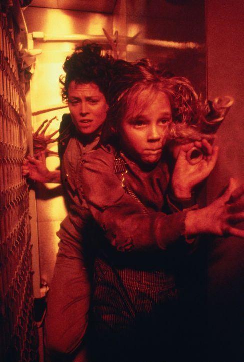 Ripley (Sigourney Weaver, l.) ist zu allem entschlossen, um Newt (Carrie Henn, r.) nicht in die Hände der Aliens fallen zu lassen ... - Bildquelle: 1986 Twentieth Century Fox Film Corporation. All rights reserved.