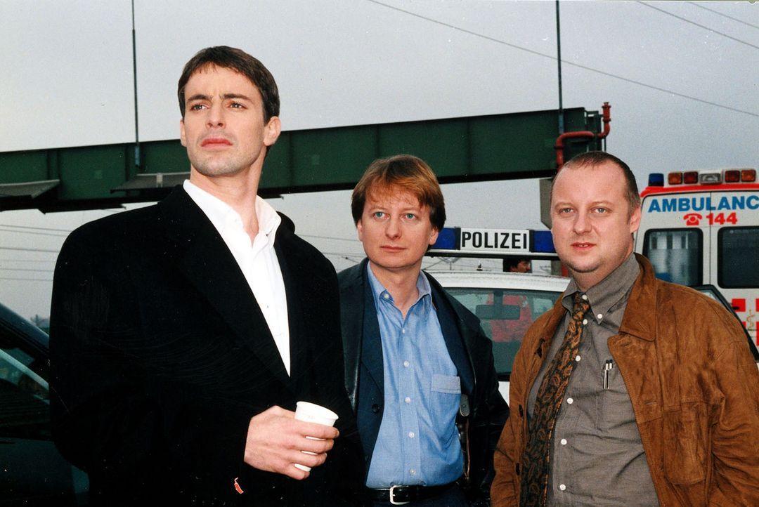 Kommissar Brandtner (Gedeon Burkhard, l.), Christian Böck (Heinz Weixelbraun, M.) und der neue Kollege Fritz Kunz (Martin Weinek, r.) beraten sich. - Bildquelle: Sat.1