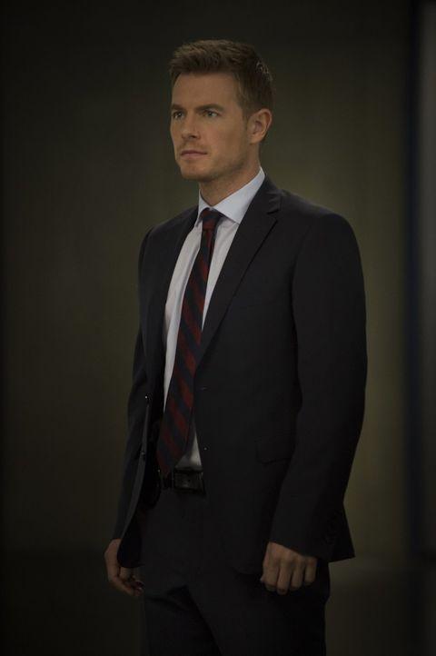 Die Wahrheit über den Reverse Flash stellt Eddie (Rick Cosnett) vor ein Rätsel ... - Bildquelle: Warner Brothers.