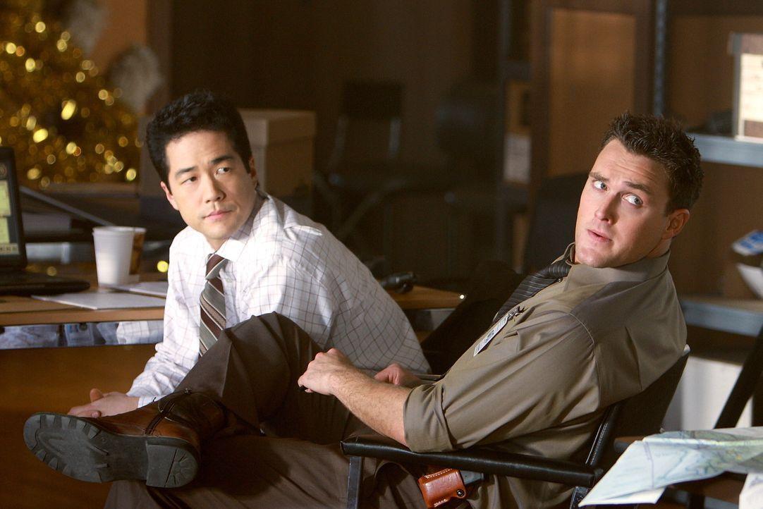 Wollen den Mörder der beiden Ärzte finden: Kimball Cho (Tim Kang, l.) und Wayne Rigsby (Owain Yeoman, r.) ... - Bildquelle: Warner Bros. Television