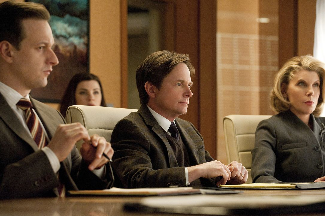 Will Gardner (Josh Charles, l.), Alicia Florrick (Julianna Margulies, 2.v.l.), Louis Canning (Michael J. Fox, 2.v.r.) und Diane Lockhart (Christine... - Bildquelle: CBS Broadcasting Inc. All Rights Reserved