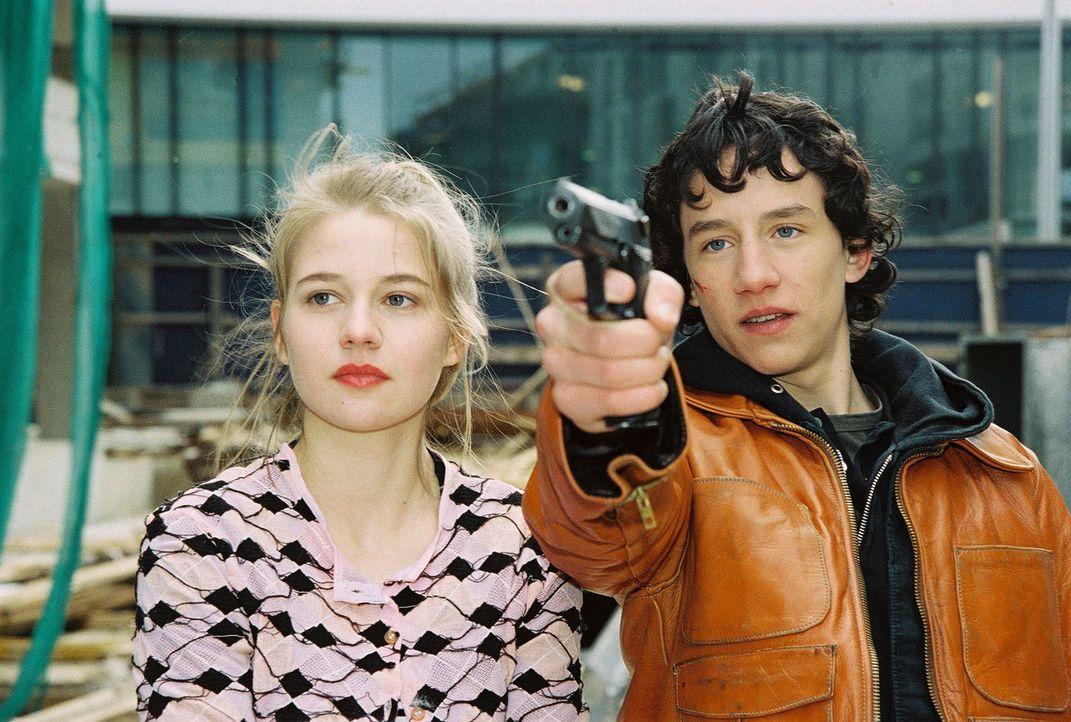 Katja Behrend (Antonia Girardi, l.) und ihr Freund Mathias (Laurence Rupp, r.) machen Modefotos und erschießen dabei irrtümlich einen Obdachlosen. - Bildquelle: Sat.1