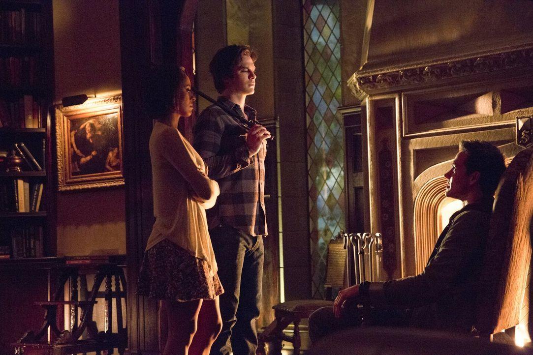 Als Bonnie (Kat Graham, l.) und Damon (Ian Somerhalder, M.) in ihrer mysteriösen Welt auf Kai (Chris Wood, r.) treffen, wollen sie endlich Antworten... - Bildquelle: Warner Bros. Entertainment, Inc
